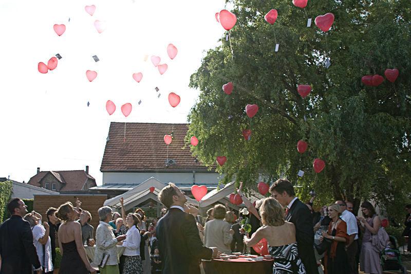 Beispiel: Hochzeitsgesellschaft im Aromagarten, Foto: Weingut Domhof.