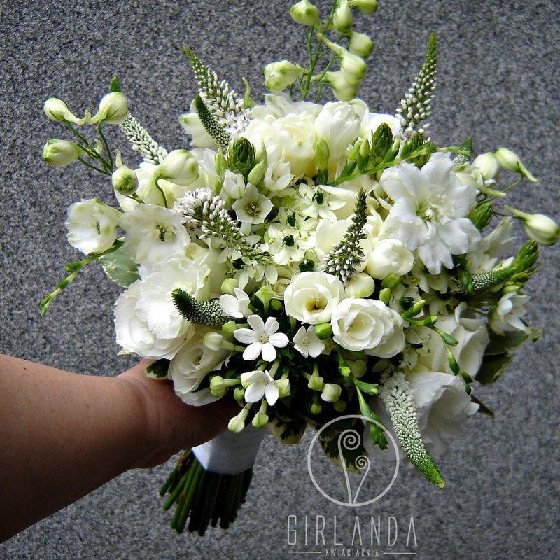 Bukiet ślubny z białych kwiatów.