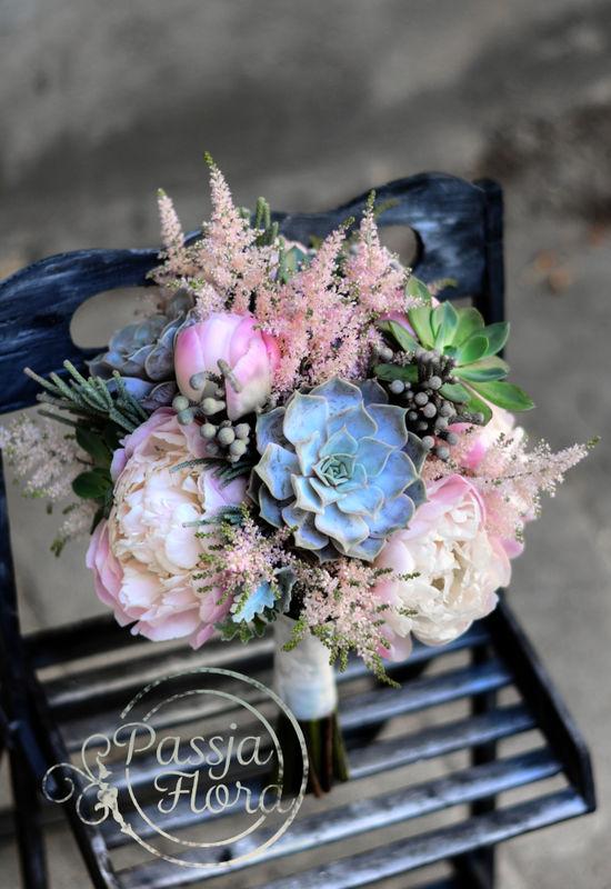 Pastelowy bukiet ślubny z sukulentami i piwoniami