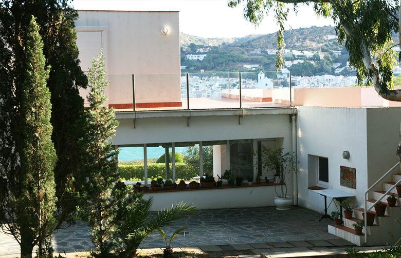 En los bancos de piedra del jardín trasero se puede contemplar el pueblo a través de la casa.