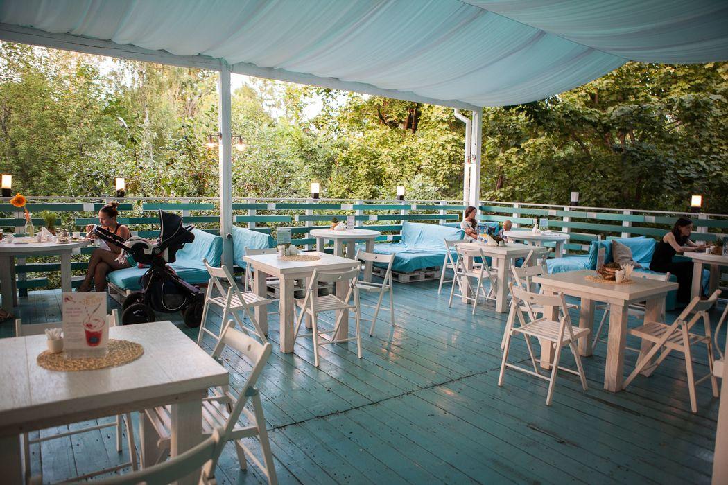 Кафе Море внутри:  веранда