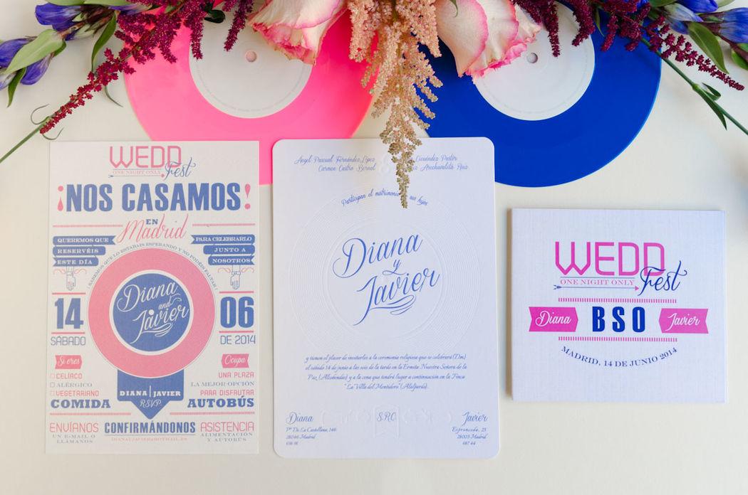 Invitación de boda personalizada con temática música e impresa en letterpress (impresión con relieve). Save the date y papelería de boda con un mismo estilo y colores.