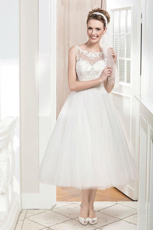 Beispiel: Brautkleid mit Herzausschnitt und Spitzenhalsausschnitt, Foto: Kleemeier.