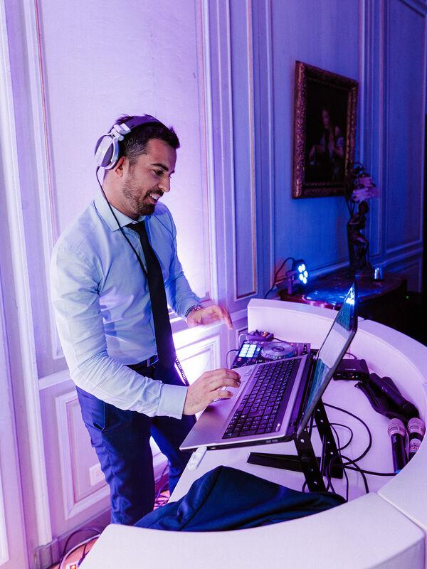 AVDJ      DJ & SAXO