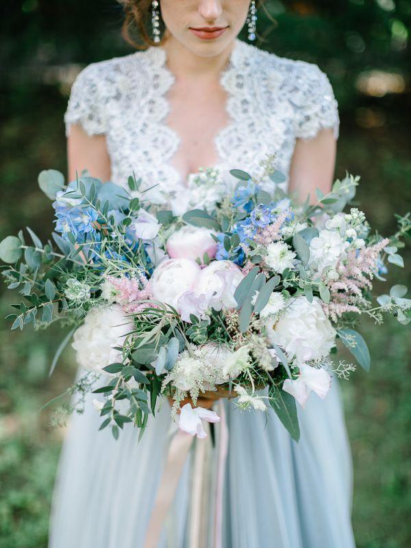 Благородное свадебное платье серо-голубого оттенка прекрасно подойдет как для венчания, так и для свадебное церемонии на природе.