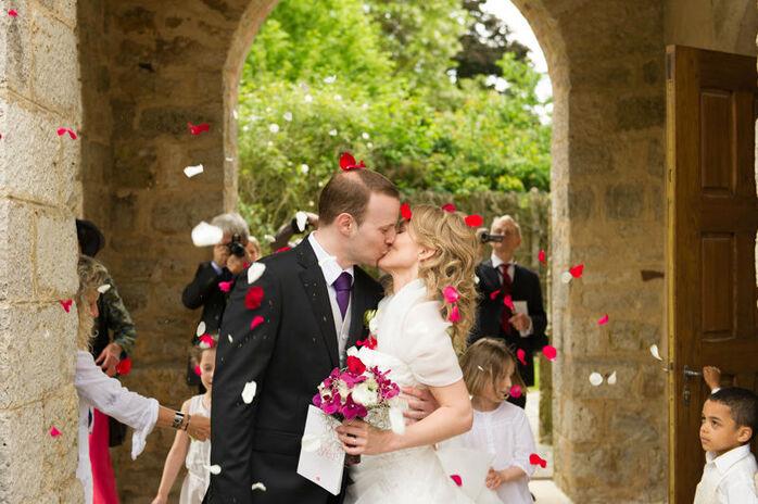 Des mariés heureux à la sortie de l'église de Nanteau-sur-lunain.
