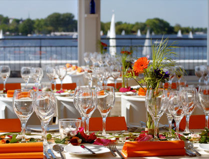Beispiel: Tischdekoration auf der Terrasse, Foto: Alsterlounge.