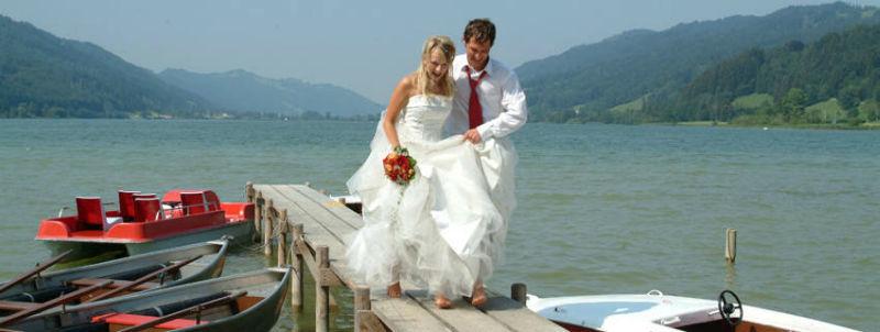 Beispiel: Brautpaar auf Bootssteg, Foto: Mondi-Holiday Hotel Oberstaufen.