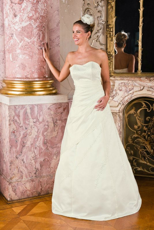 Beispiel: Trägerloses Brautkleid, Foto: Avorio Vestito.