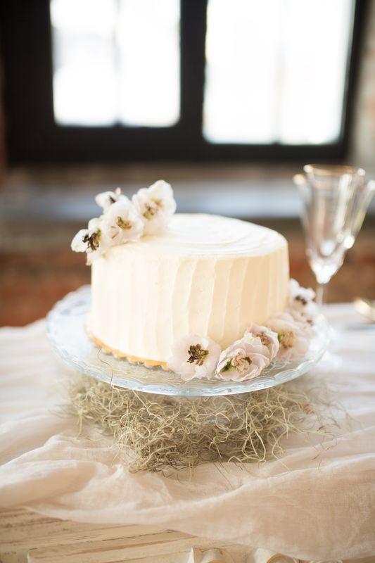 Нежный и воздушный ягодный торт для небольшой свадьбы.