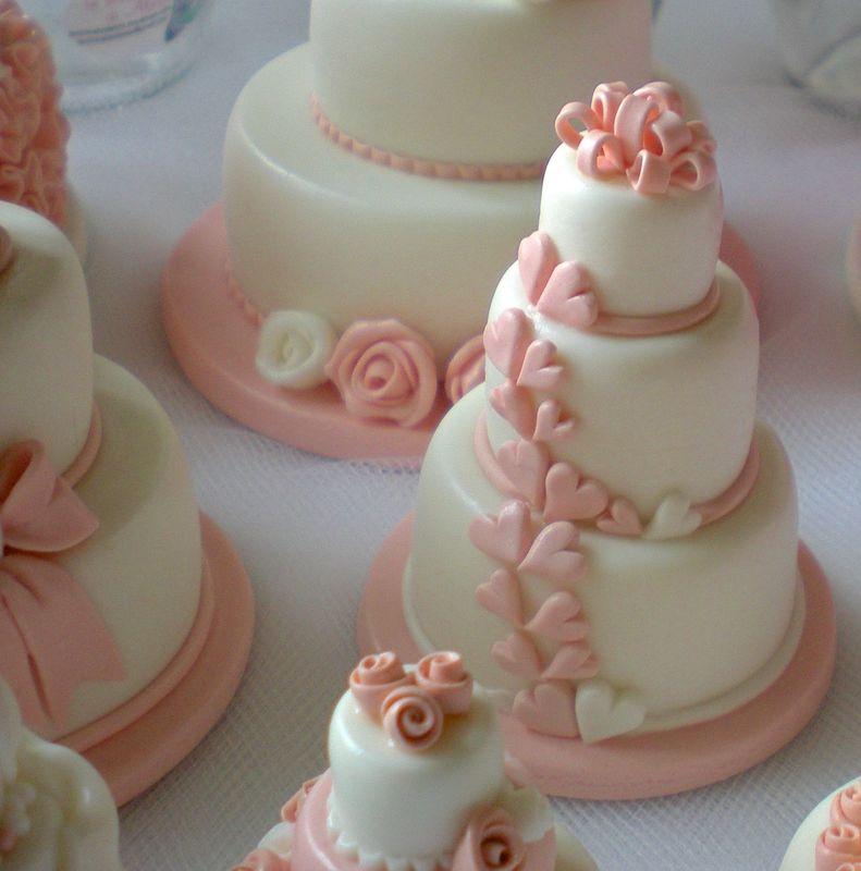 Minicake con cuori, rosa cipria. Realizzate e decorate a mano, in pasta di mais. Disponibili esclusivamente su prenotazione
