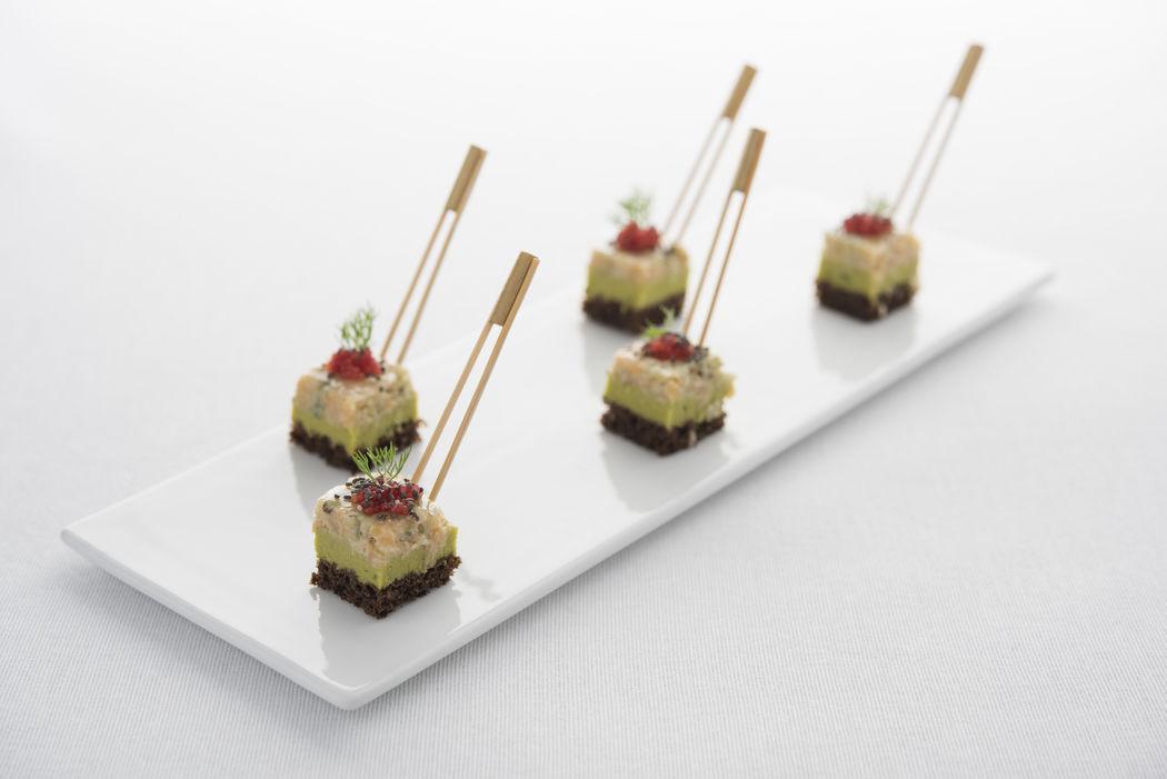 Millefeuille de petits pois, tartare de saumon wakamé et oeufs de tobico