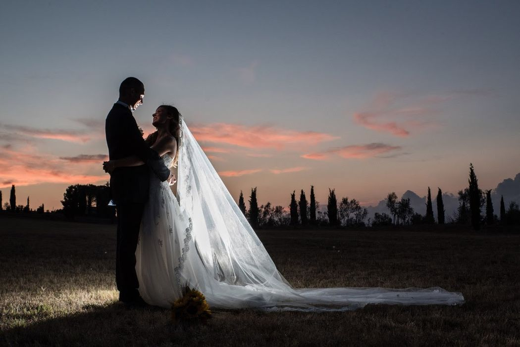 Ritratto sposi controluce al tramonto