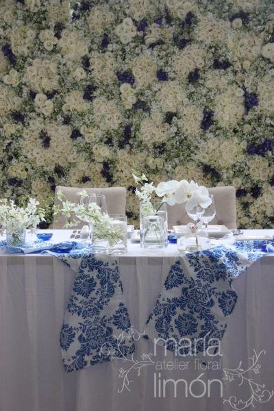 Mesa de novios con back de pared de flores!