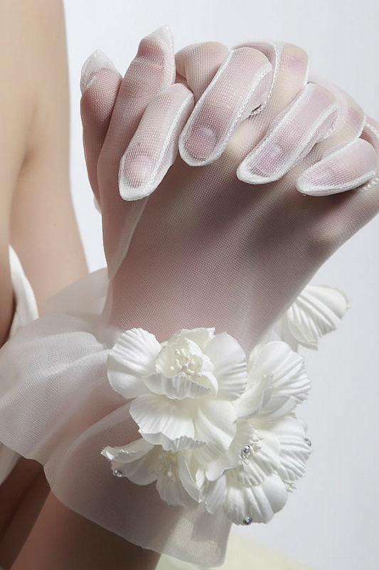 Beispiel: Handschuhe, Foto: Prinzessin Brautmode Accessoires.