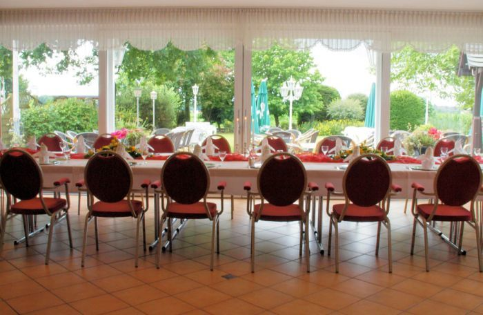 Beispiel: Festtagstafel im Wintergarten, Foto: AKZENT Landhaus Heinen.