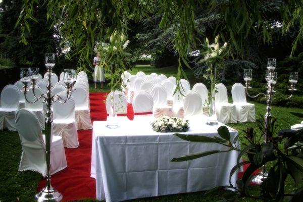 Beispiel: Traualtar im Garten, Foto: Landhaus Klosterwald.