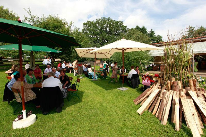 Beispiel: Feier im Garten, Foto: AmVieh-Theater.