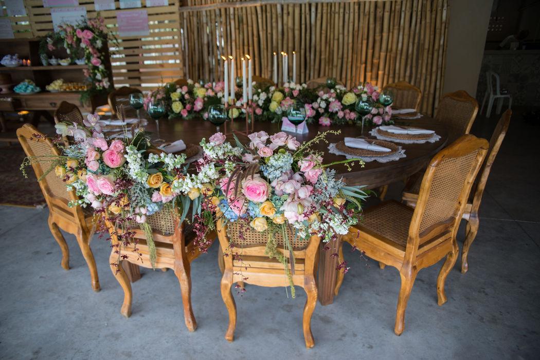 A mesa pode ser romantiquinha e rústica ao mesmo tempo? Sim! Essas flores ficaram incríveis!