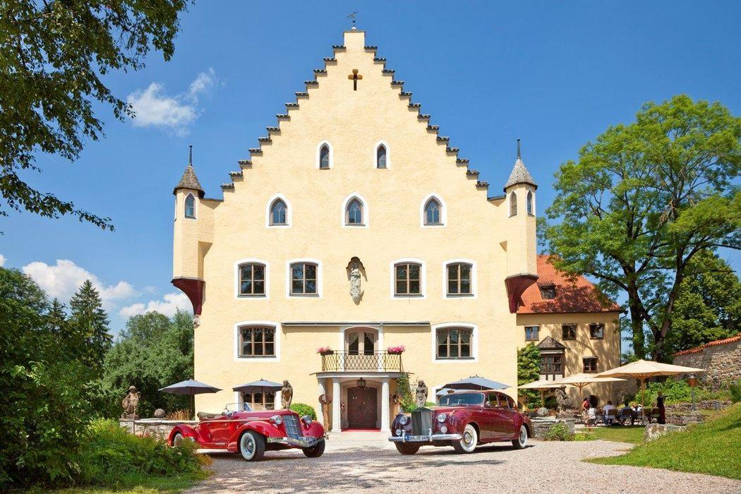 Schloss zu Hopferau mit hauseigenen Oldtimern