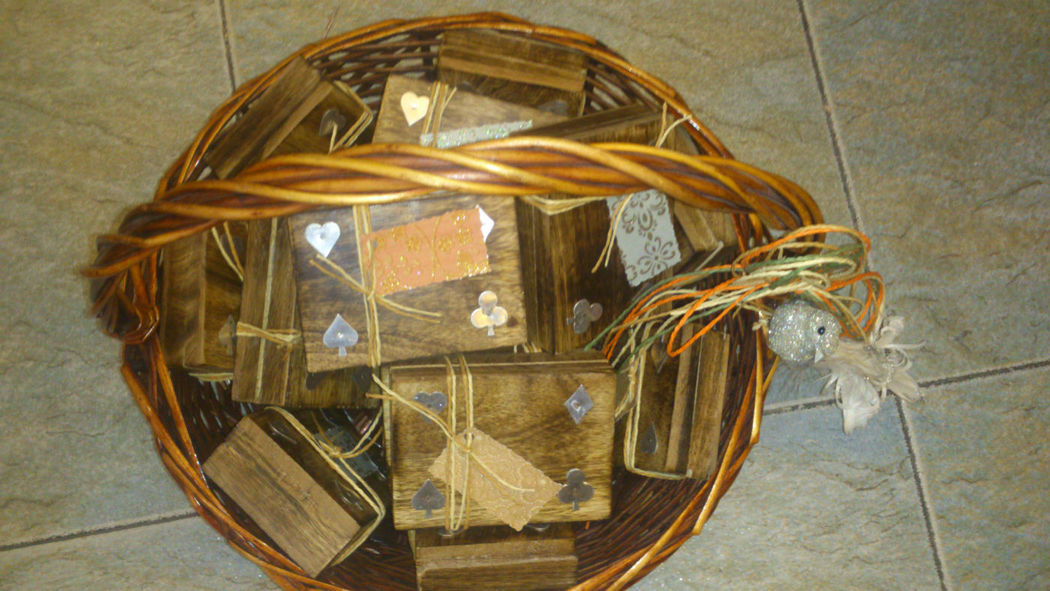 Presentación de cesta con caja y cartas de Póker.