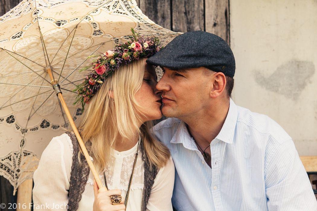 Romantisches Paarshooting in einem alten verwunschenen Garten bei Werder/Brandenburg