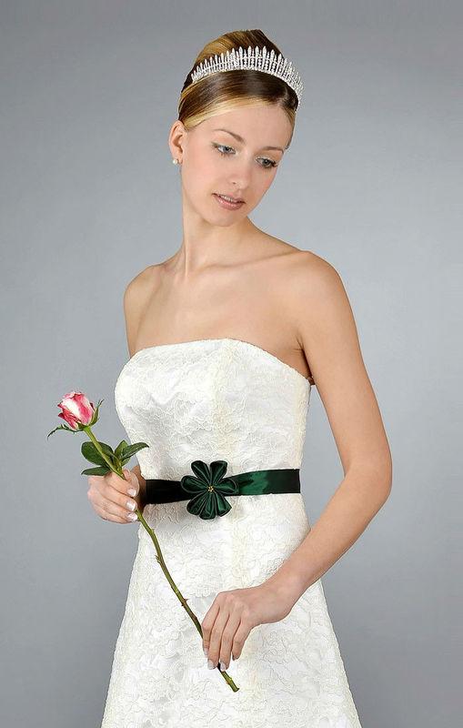 Beispiel: Schlichte Brautkleider, Foto: Saray Brautmoden.