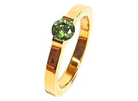 Beispiel: Verlobungsring Rotgold mit grünem Diamant, Foto: Heidenreich Schmuck.