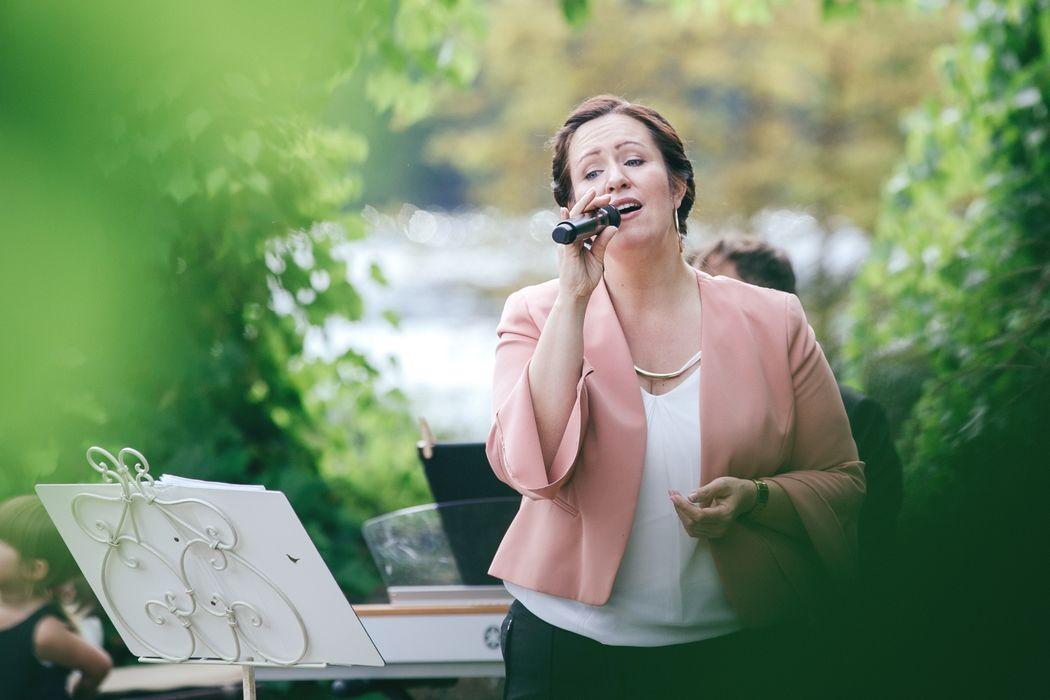 Goldkehle.com, Traurednerin und Sängerin Jennifer Krawehl