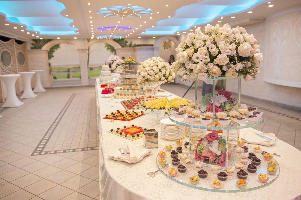 Gran buffet di dolci e Frutta - Zona riservata per i ricevimenti nella Sala Desy