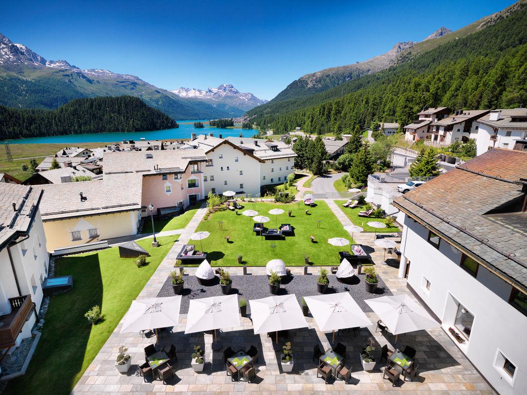 Ausblick auf Terrassen-Lounge, den Garten und den Silvaplanasee im Sommer