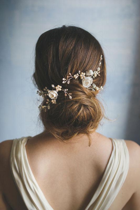 Forcine con fiori bianchi e perle rosa | Elibre Handmade