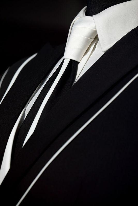 Costume sur mesure Créateur noir avec liserés de soie blancs Prestige Bespoke à Lille