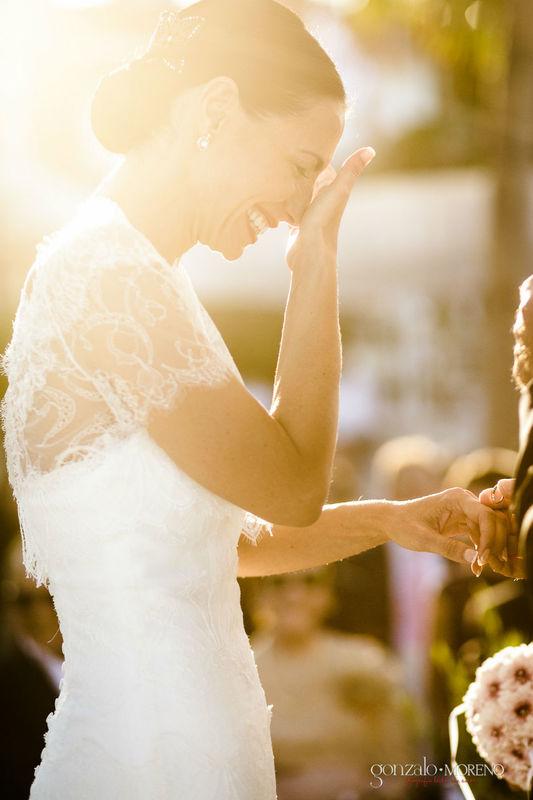 Novia emocionada en el momento más importante de la ceremonia.
