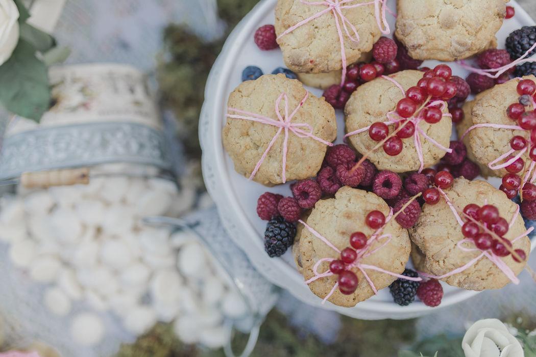 Cookies de 3 chocolates con frutas del bosque, merenguitos