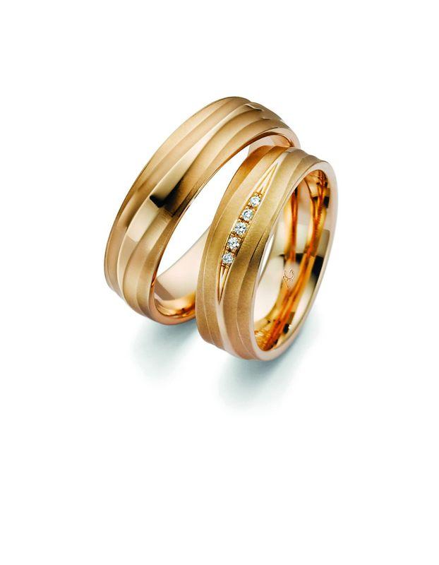 Zacht golvend perzik kleurig goud, een unieke kleur goud gemaakt door Gerstner trouwringen. De ring heeft 3 niveau's wat een subtiel effect heeft aan de vinger.