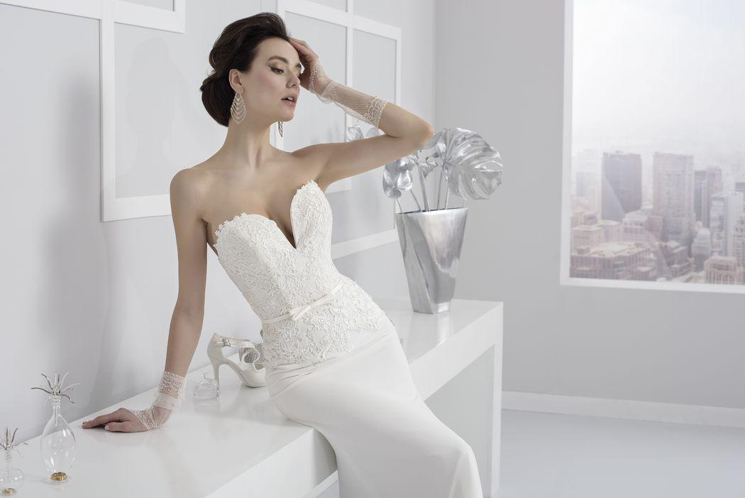 abito sposa linea tubino in pizzo con scollatura sensuale