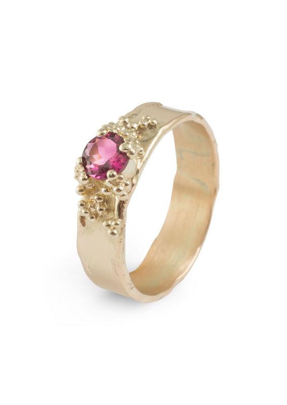 14KT geelgouden ring met roze toemralijn. De granules dienen ook als zetting van de edelsteen.