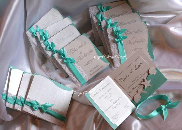 Partecipazione tema mare in carta perlescente bianca e tiffany con pizzo applicato e scritte in argento. Nastro di chiusura in raso color Tiffany. (versione da busta)