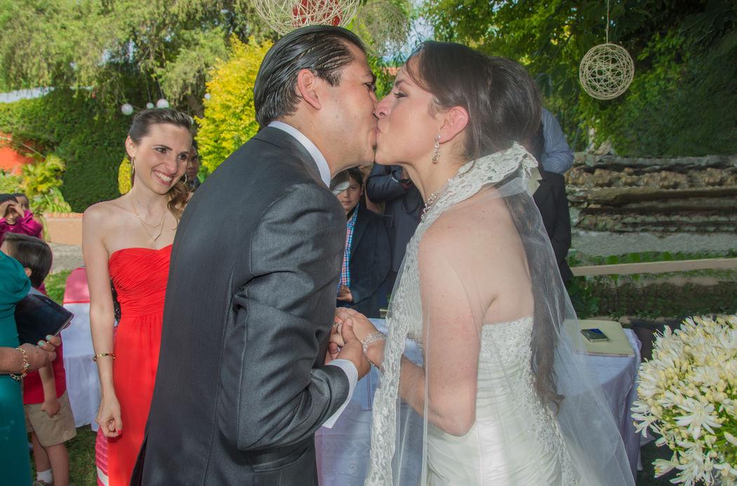 kiss wedding love