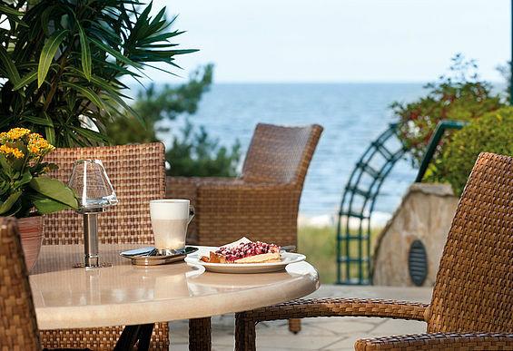 Beispiel: Kaffeezeit auf der Terrasse, Foto: Travel Charme Strandhotel Bansin.
