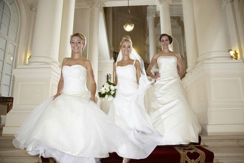 Beispiel: Drei elegante Brautkleider, Foto: Lia Brautmoden.