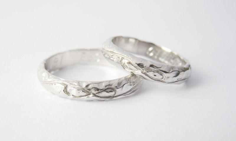 MIOeTUO - anelli in oro bianco, effetto battuto e simbolo dell'infinito