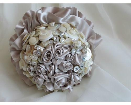 Bouquet de rosas de satén y aplicaciones de nacar