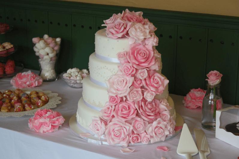 Beispiel: Vintage- Hochzeitstorte, Foto: Lealu Sweets.