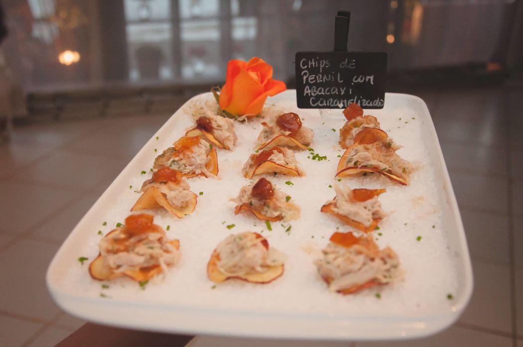 Chips de Batata Doce recheado com pernil e abacaxi caramelizado - Coquetel Volante