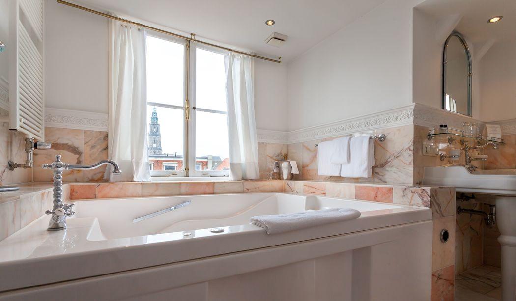 Badkamer met riante jacuzzi van bruidssuite