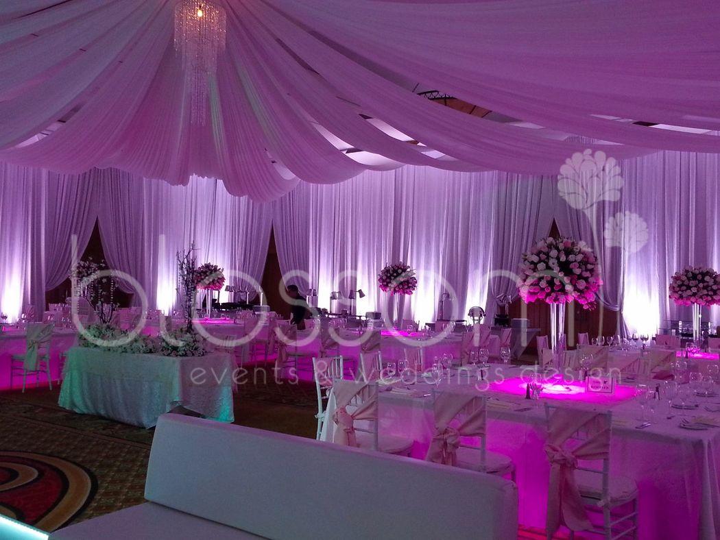 Salón encortinado para boda de lujo.