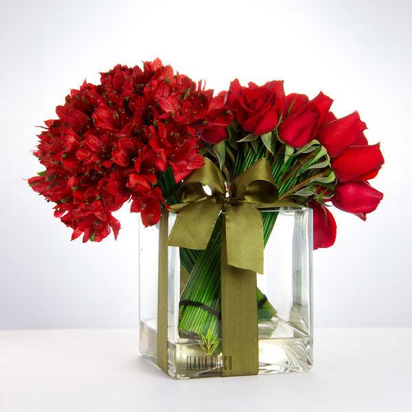 Caixa de Vidro com Buque de Rosa e Astromélia - Flavia Rocco Flores