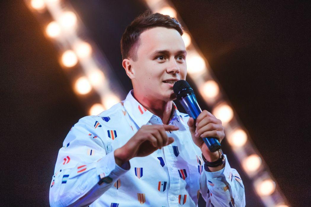 Ведущий Илья Соболев